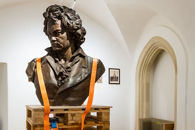 "Beethoven bronze bust in the Beethoven Museum, to the chapter ""bequeathing"""