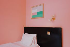 Hotel room with a pink wall and vintage interiors at Hotel am Brillantengrund