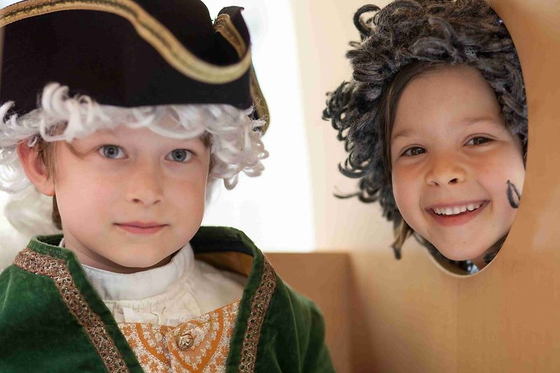 Children wearing whigs at Kindermuseum Schloss Schönbrunn