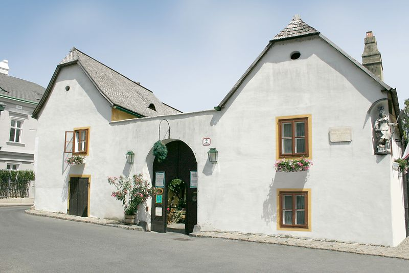 Front view of Heurigen Restaurant Mayer am Pfarrplatz