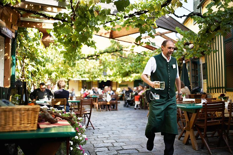 Heuriger Mayer am Pfarrplatz, inner courtyard, waiter